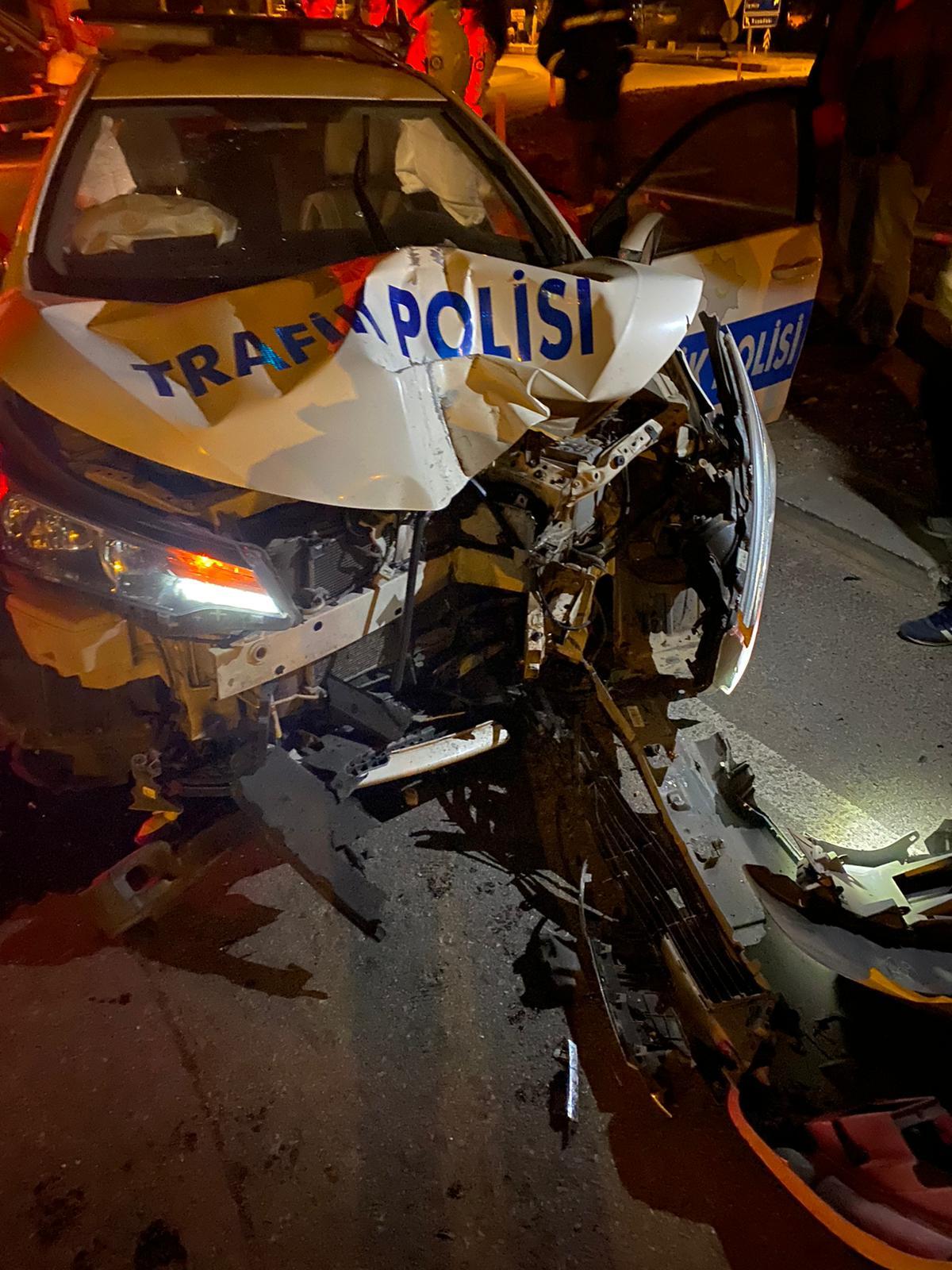 Kaçan arabayı yakalamak isteyen polisler kaza yaptı